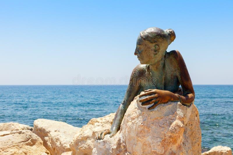 PAPHOS, CYPR - 24 lipca 2019: BrÄ…zowy pomnik mÅ'odej bogini miÅ'oÅ›ci Afrodyta zdjęcie stock