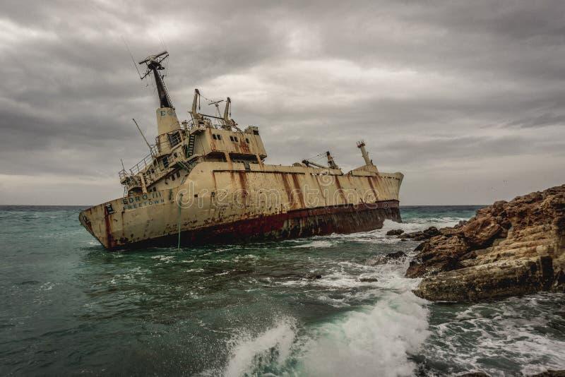 Paphos, Cypr, Luty/- 2019: Zaniechany statek Edro III blisko Cypr plaży zdjęcie royalty free