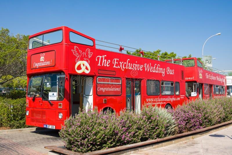 Paphos, Cyprus - Juni 16, 2017: Toeristenbus voor een huwelijk een gang in de stad van Paphos, Republiek Cyprus royalty-vrije stock foto