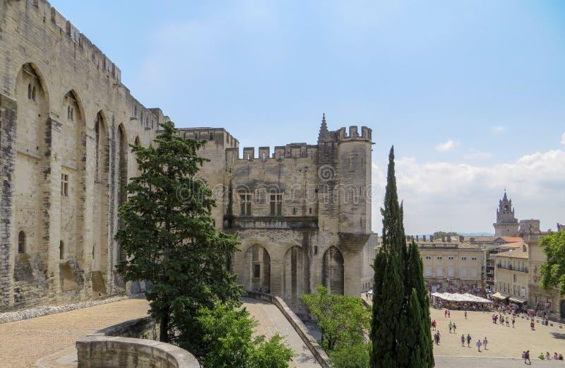 Papi Palace e plaza pubblica, sito del patrimonio mondiale dell'Unesco, Avignone, Francia immagine stock