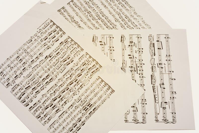 Papierów prześcieradła z starymi muzykalnymi notatkami zdjęcia stock