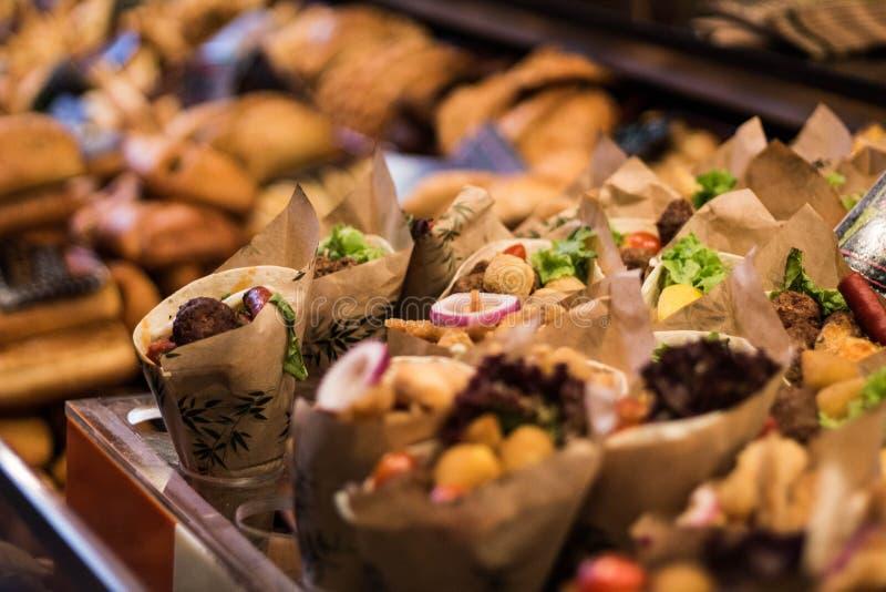 _ Papierów rożki z przygotowanym jedzeniem Targowy sklep zdjęcia royalty free