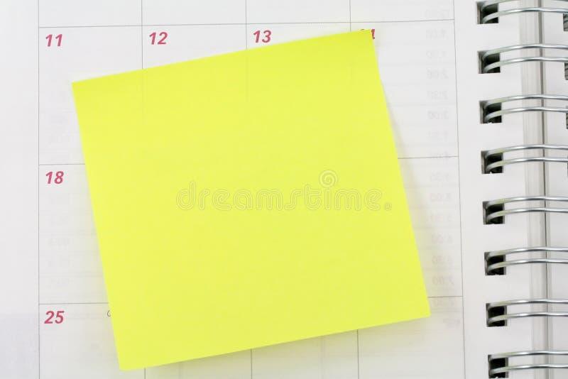 Papier à lettres collant sur le calendrier images libres de droits
