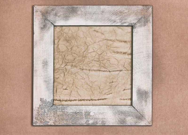 Papier âgé dans le cadre en bois minable sur le vieux mur de papier peint image libre de droits