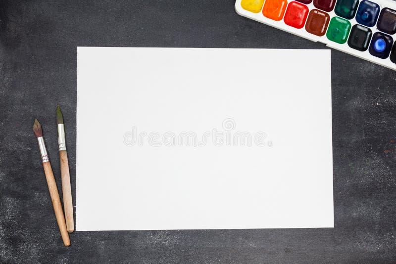 Papier, Aquarelle, Pinsel an stockfotos