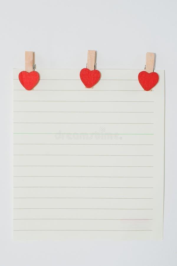 Papier avec goupilles en forme de coeur image stock