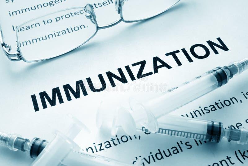 Papier avec l'immunisation de mot photos stock