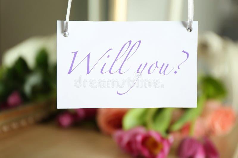 Papier avec le texte VOUS VOULOIR ? sur le fond brouillé Proposition de mariage photographie stock