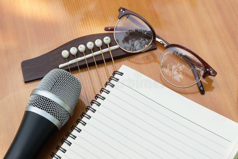 Papier blanc pour écrire la musique sur la guitare photographie stock