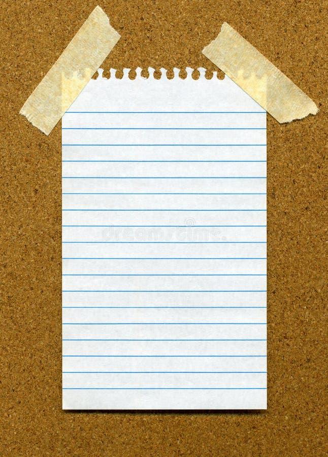 Papier blanc rayé blanc sur un noticeboar photos stock