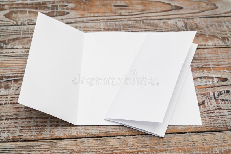 Papier blanc triple de calibre sur la texture en bois images libres de droits