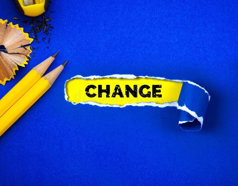 Papier bleu et espace déchirés pour le texte de CHANGEMENT avec le fond de papier jaune photographie stock