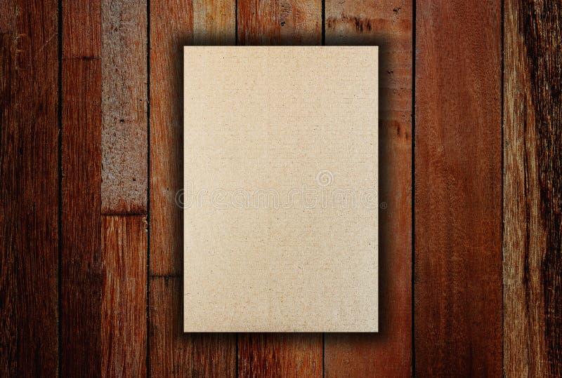 Papier brun triple de calibre sur la texture en bois photographie stock