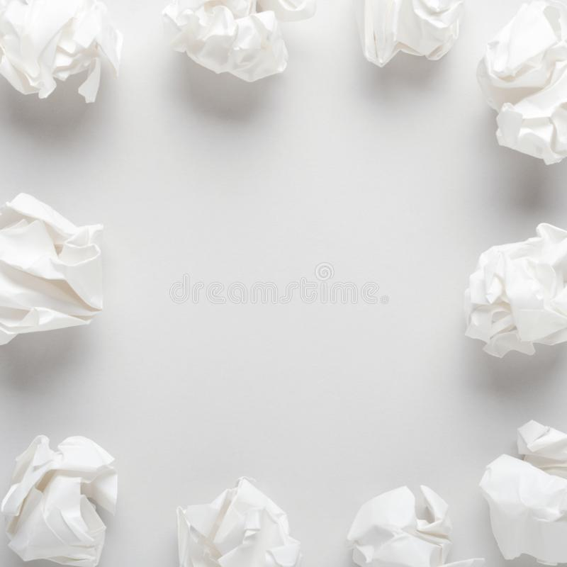 Papier chiffonné blanc sur le fond de papier gris Recherche de concept des idées, inspiration Copiez l'espace, vue sup?rieure, co photos stock