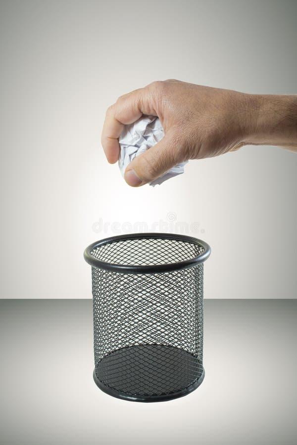 Papier chiffonné de lancement dans les déchets photo libre de droits