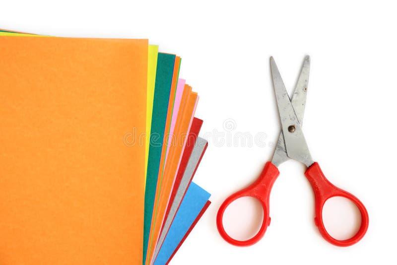Papier coloré avec le bureau et l'école stationnaires sur le blanc photos libres de droits