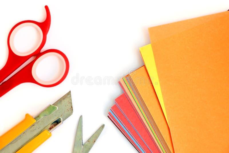 Papier coloré avec le bureau et l'école stationnaires sur le blanc images libres de droits
