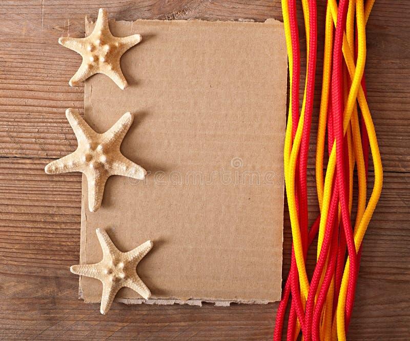 Papier, corde et étoiles de mer photo stock