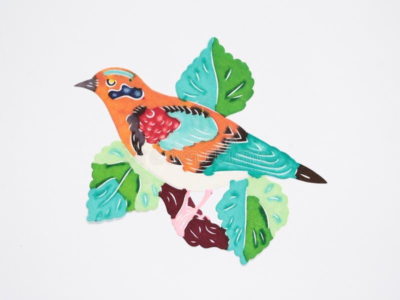 Papier-coupez d'un oiseau orange sur le branchement image stock