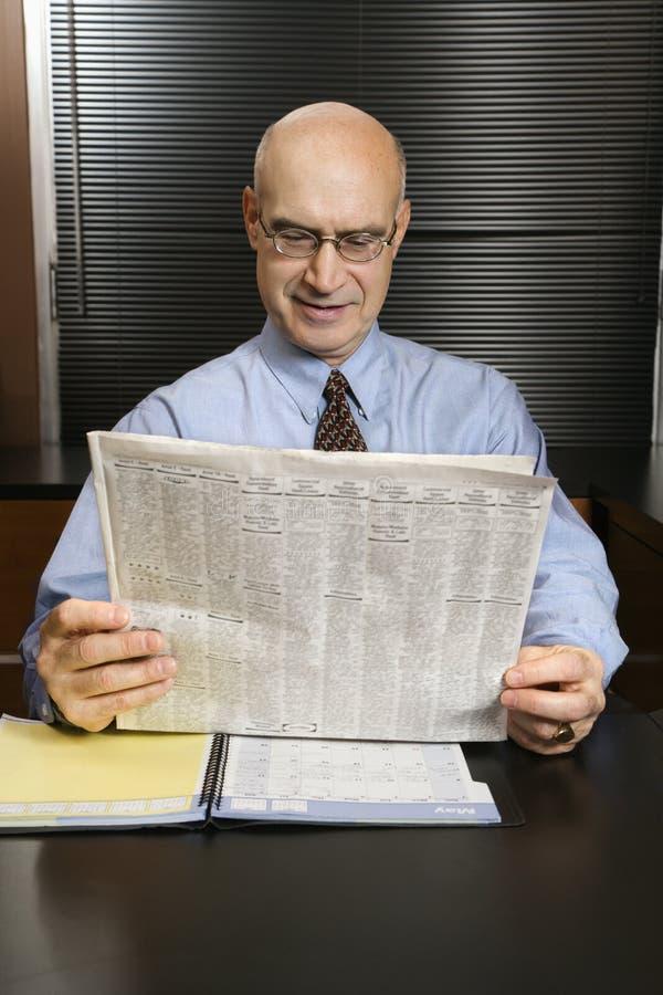 papier czytanie biznesmena obraz stock