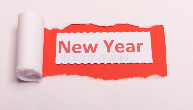 Papier déchiré blanc avec texte du Nouvel An avec couleur d'arrière-plan rouge Message caché Secret Espace de copie image libre de droits