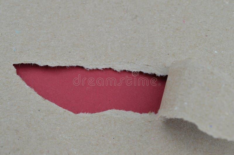 Papier déchiré indiquant l'espace vide rouge pour des mots photographie stock
