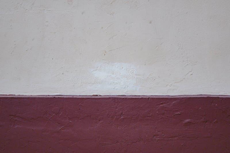 Papier d?chir? au-dessus d'un fond rouge vide pour le message photo stock