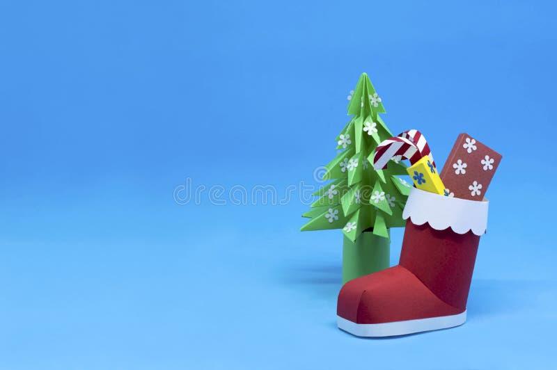 Papier 3d Sankt-Stiefel mit Geschenken und OrigamiWeihnachtsbaum stockfotos