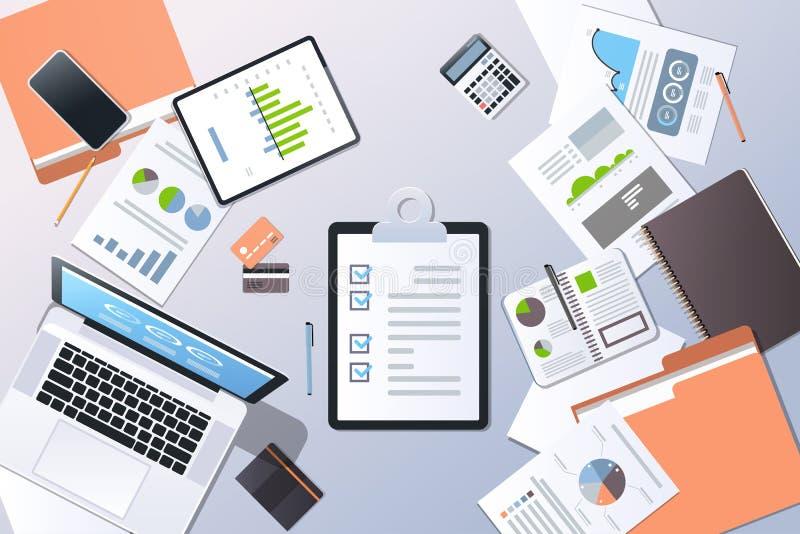 Papier de bureau financier de liste de contrôle de smartphone d'ordinateur portable de vue d'angle supérieur de concept de gestio illustration stock