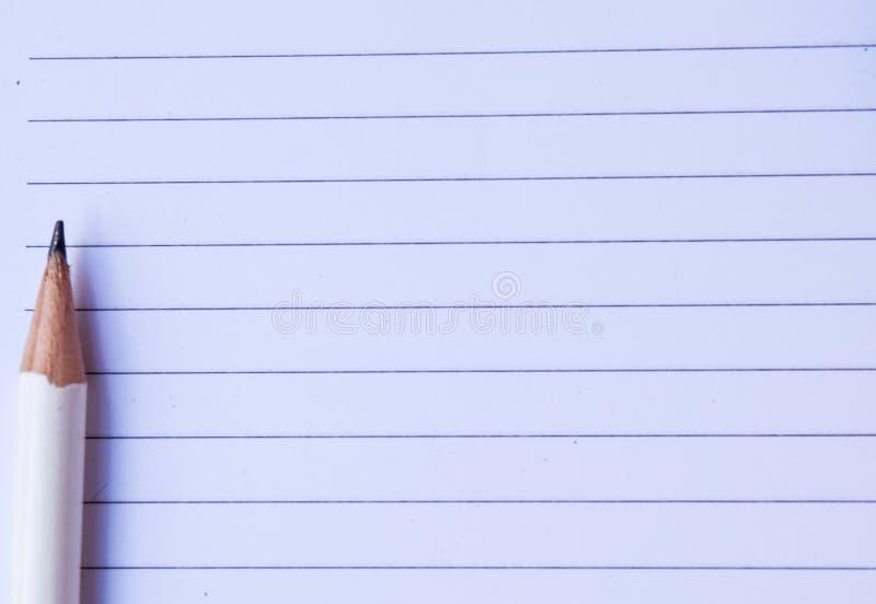 Papier de carnet avec le crayon blanc sur le fond blanc pour la texture image stock