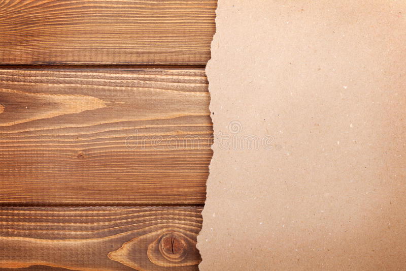 Papier de carton au-dessus de fond en bois photos libres de droits