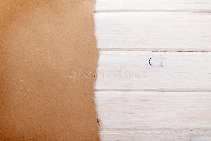 Papier de carton au-dessus du fond en bois blanc image libre de droits