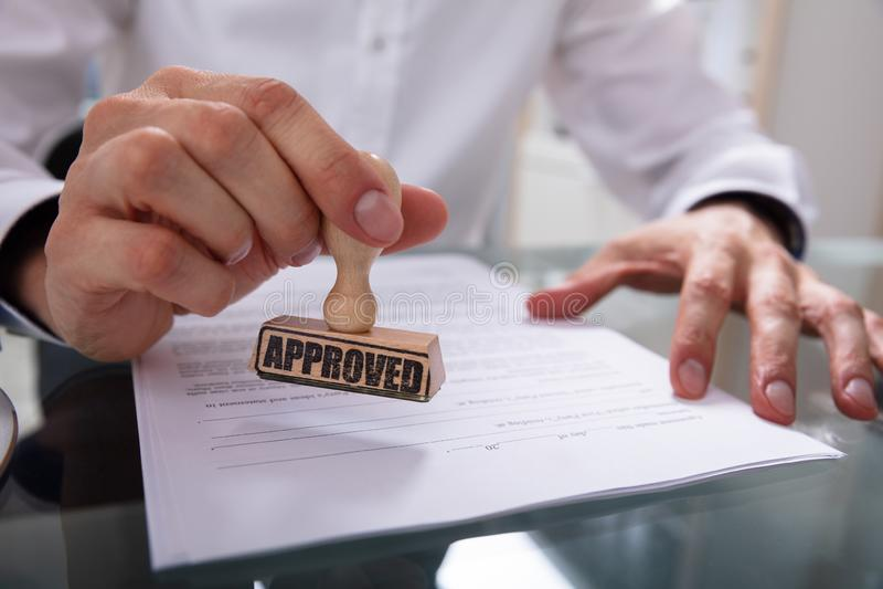 Papier de contrat de Stamping Approved On d'homme d'affaires photos libres de droits