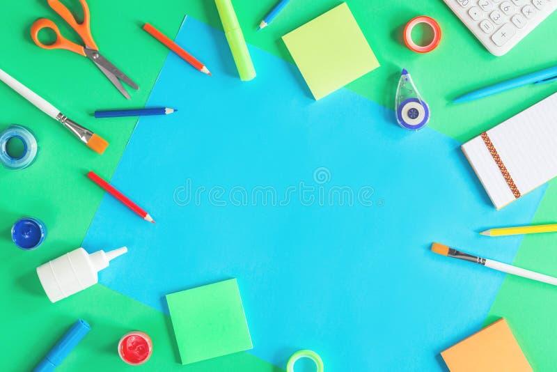 Papier de couleur, peinture et papeterie d'école images libres de droits
