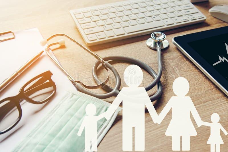 Papier de famille avec le stéthoscope pour le stéthoscope d'assurance-maladie photo libre de droits
