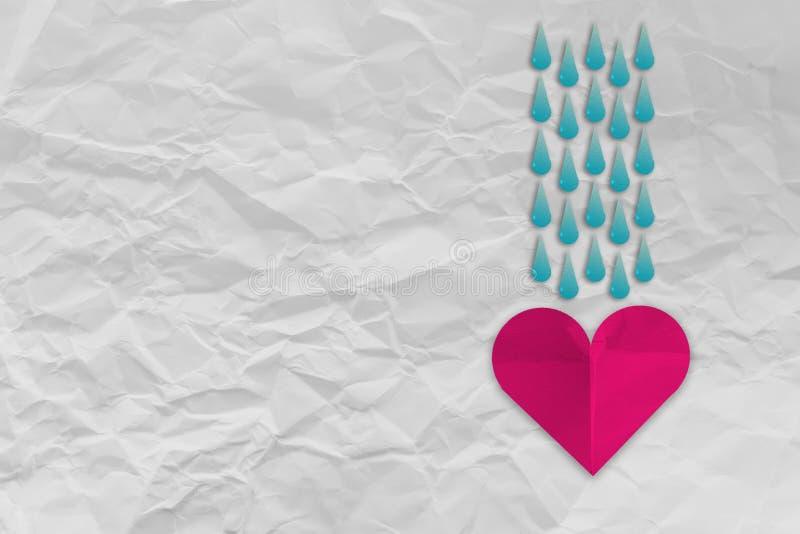 Papier de forme de coeur avec de l'eau baisse de pluie images stock