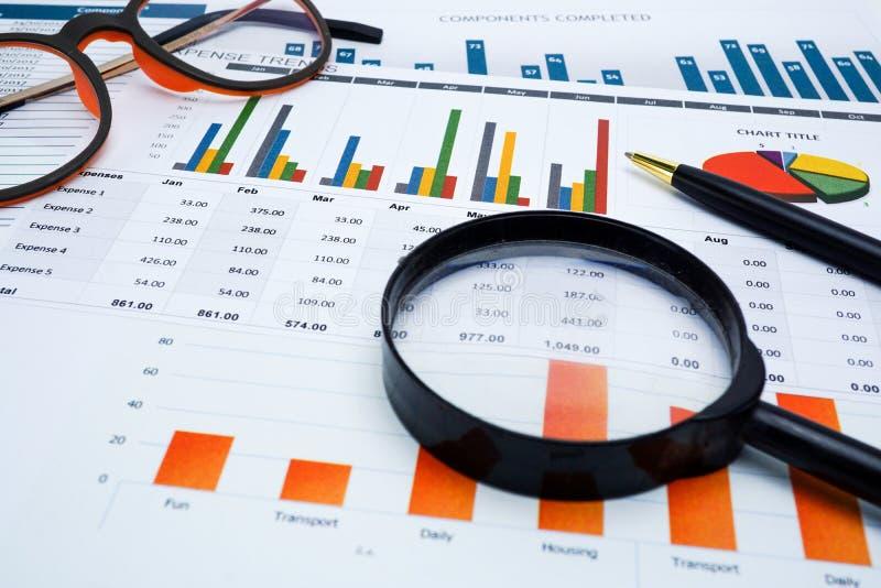 Papier de graphiques de diagrammes Développement financier, compte bancaire, statistiques, économie analytique de données de rech photographie stock libre de droits