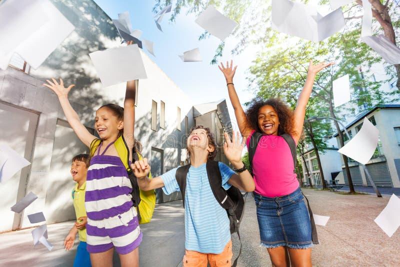 Papier de jet d'enfants dans le ciel avec voler de feuilles photo libre de droits