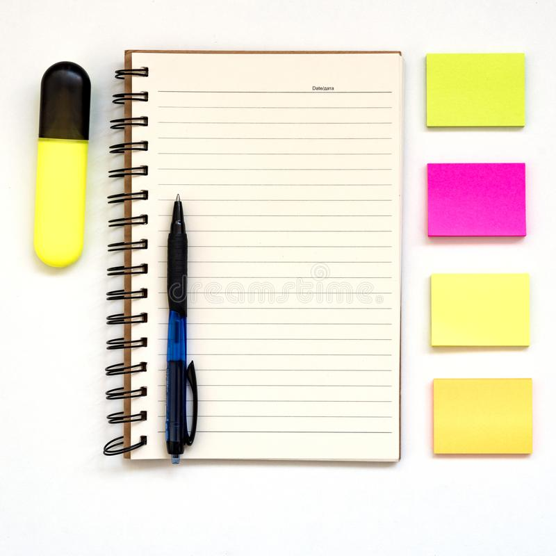 Papier de note, bloc-notes ouvert, blocs de papier multicolores vides pour des notes sur blanc, stylo Concept d'?tude, l'espace d photo stock