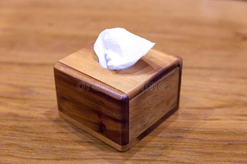 Papier de soie de soie dans la boîte avec du bois photographie stock libre de droits