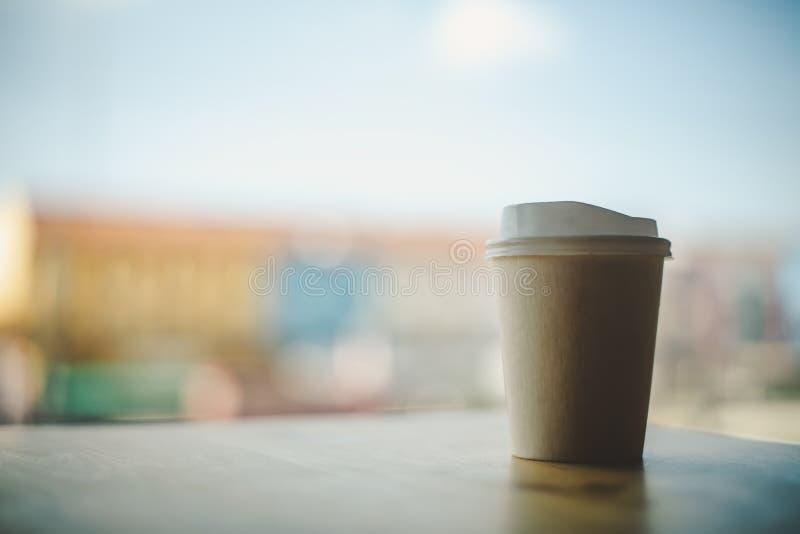 Papier de tasse de café, ciel de fond et ville photographie stock