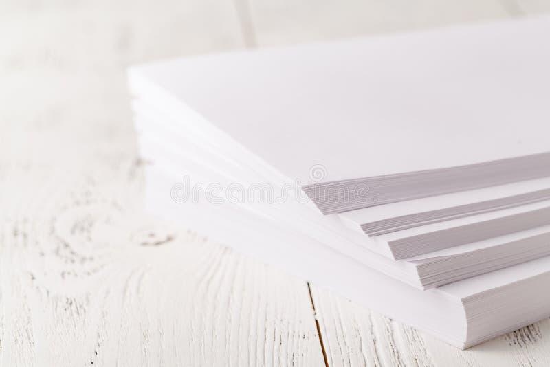 Papier des Druckers A4 auf Tabelle stockbilder