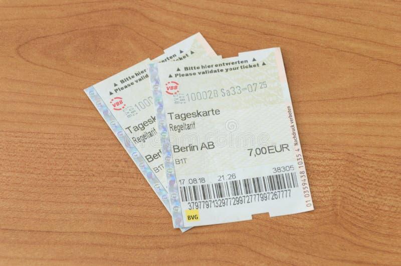 Papier deux un billet valable un jour Tageskarte Regeltarif pour le transport en commun de Berlin photo libre de droits