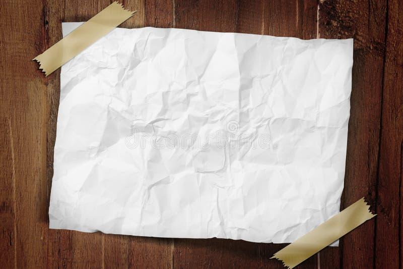 Papier enregistré sur bande à un mur images stock
