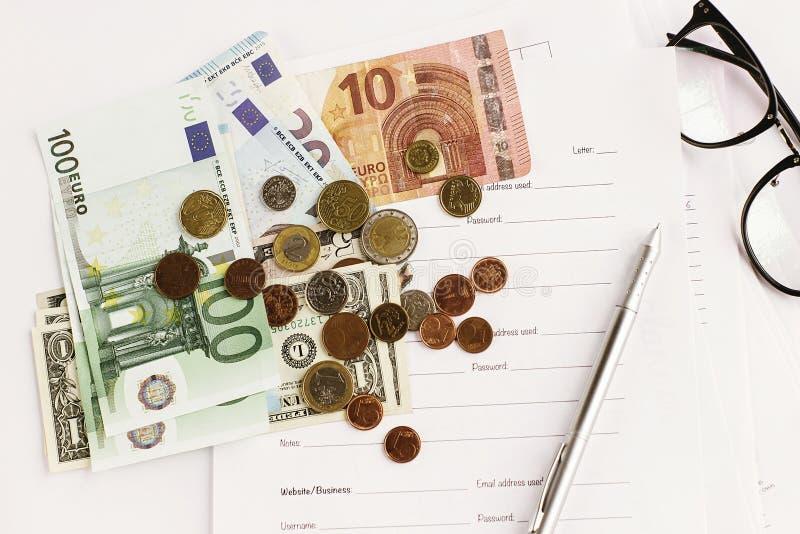 Papier et verres de stylo d'argent sur le fond blanc, anal financier photographie stock libre de droits