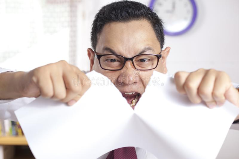 Papier fâché de Rip Off Contract d'homme d'affaires photos libres de droits