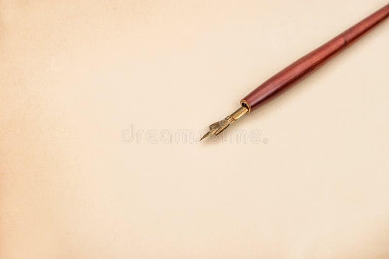 Papier für einen Buchstaben mit antikem Tintenstift Weinleseart backgroun stockbild