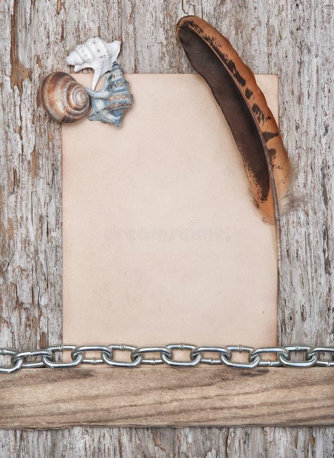 papier feder muscheln und metallkette auf dem alten holz stockbild bild von kratzer muster. Black Bedroom Furniture Sets. Home Design Ideas