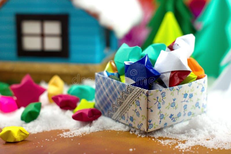 Papier gra główna rolę w prezenta pudełku na śniegu z małym domem, i obrazy royalty free