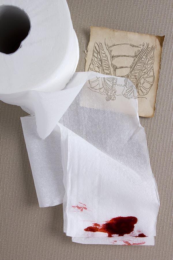 Papier hygiénique dans le sang photos libres de droits